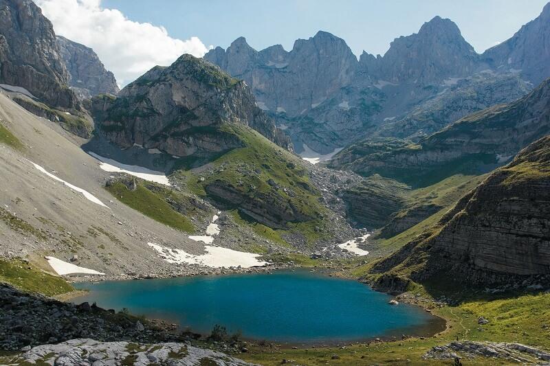 Fantastisk sikt av bergsjön i albanska fjällängarnationalparken Theth Albania