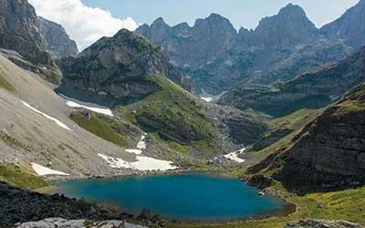 пешачење поминува албански проколнати планини во валбона